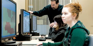 Tom Brittnacher assists students in the GIS/research Data Lab.